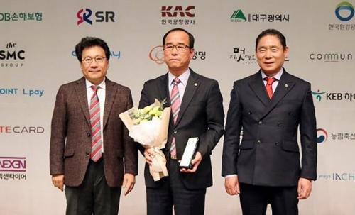 창원시 대한민국 인터넷 소통대상 수상. 가운데가 차상희 창원시 공보관.