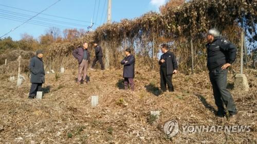 옛 광주교도소 공동묘지 터 답사하는 5월 단체 관계자.
