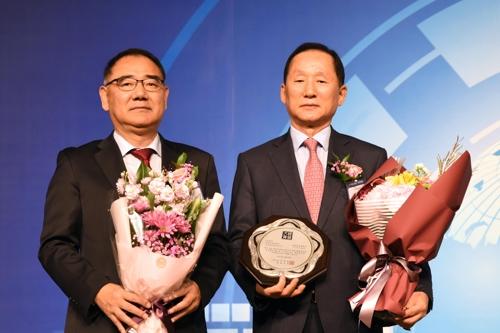 참교육경영 대상 받은 이기우 총장(오른쪽)