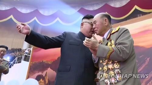 김정은과 가깝게 대화하는 리명수(오른쪽)
