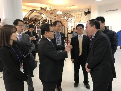중국 외교관과 대화 나누는 유영민 장관