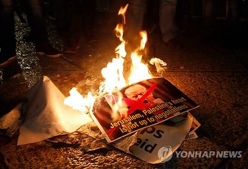 불타는 트럼프 대통령 사진 [AFP=연합뉴스 자료사진]
