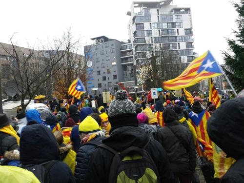 카탈루냐 깃발을 흔들며 시위를 벌이는 카탈루냐 독립지지자들