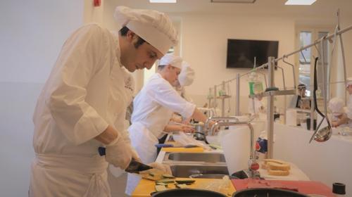 한식 요리에 집중하고 있는 이탈리아 요리 학교 학생들