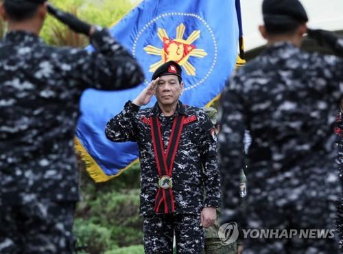 두테르테 필리핀 대통령(가운데)[EPA=연합뉴스 자료사진]