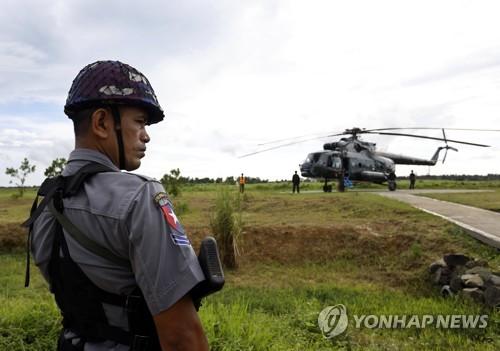 소탕작전에 나선 미얀마 군경[epa=연합뉴스 자료사진]