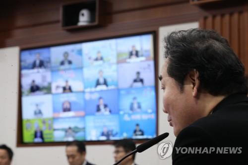 지자체장들과 영상회의하는 이낙연 총리