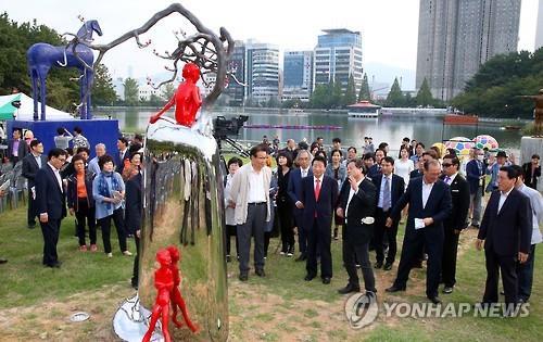 창원용지호수공원에 있는 공공미술 조각작품. [연합뉴스 자료사진]
