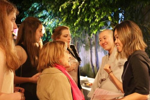 형민 스님에게 사찰음식과 관련 궁금한 점을 질문하는 현지인들