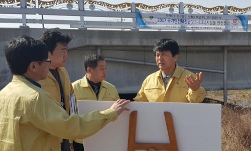 현장 점검하는 김종규(오른쪽) 부안군수 [부안군 제공=연합뉴스]