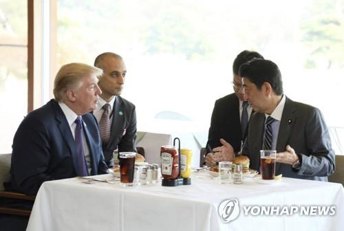 아베 신조 일본 총리와 햄버거 식사를 하는 도널드 트럼프 미 대통령