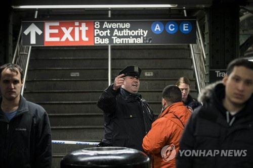 폭발물 테러 후 시민들을 대피시키는 뉴욕 경찰