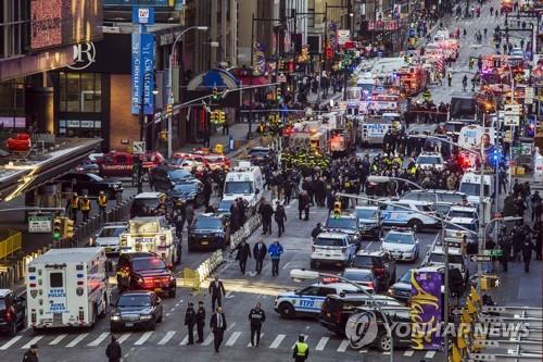 맨해튼 폭발물 테러 이후 현장을 통제하는 뉴욕 경찰