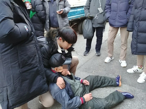 한파 속 쓰러진 노인에게 패딩 벗어준 중학생들
