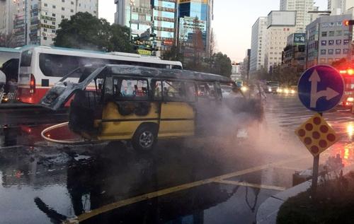 출근길 교차로서 LPG 승합차 화재·폭발