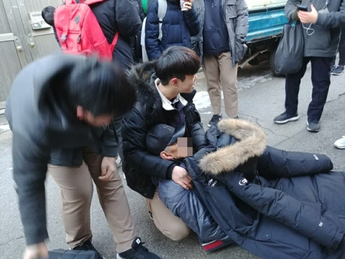 쓰러진 노인에 패딩 벗어준 중학생들, 국회의원상 받는다