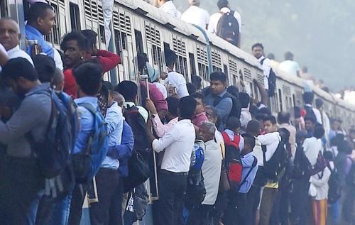 [사진현장] 스리랑카 열차에 매달린 승객들