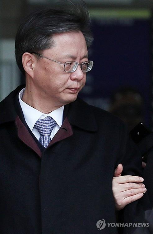 """우병우, 세번째 영장 끝에 결국 구속…법원 """"혐의사실 소명"""""""