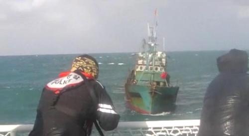 돌진하는 중국어선 향해 경고사격하는 해경 [서해지방해양경찰청 제공=연합뉴스]