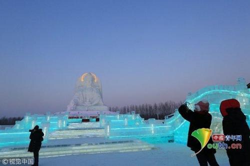 中하얼빈 빙등제 행사장에 건립된 대형 얼음 불상 [중국청년망 캡처]