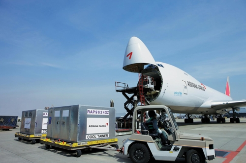 새해 첫 수출 화물 싣고 있는 아시아나항공 B747-400 화물기