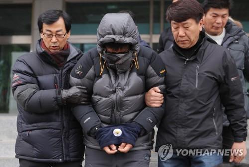 법원으로 향하는 고준희양 친부 [연합뉴스 자료사진]