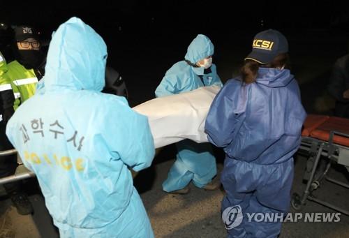 옮겨지는 고준희양 시신 [연합뉴스 자료사진]