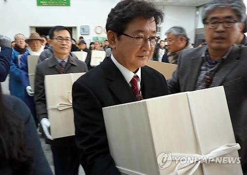 수장고로 옮겨지는 하회탈 [연합뉴스 자료사진]