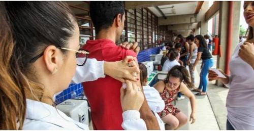 황열병 백신을 접종하는 주민들 [브라질 뉴스포털 UOL]