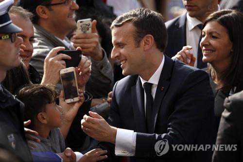 지지자들의 환호 받는 에마뉘엘 마크롱 프랑스 대통령