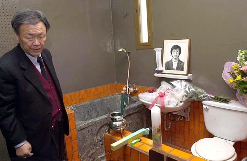 2010년 남영동 대공분실 방문한 아버지 박정기 씨