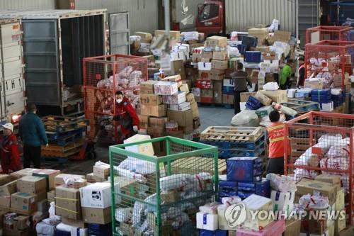 중국 광군제 쇼핑행사 이후의 택배 기지국[EPA=연합뉴스]