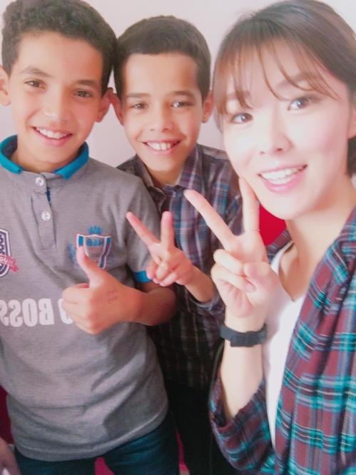모로코 보육원 아이들과 인증샷 날리는 윤미숙씨