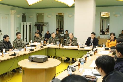 경강선 KTX 경비지원 태세를 점검중인 김정수 수방사령관(가운데)