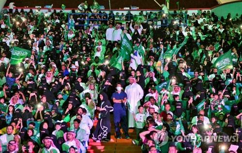 9월23일 사우디 건국의 날 기념식에 입장한 여성들[AP=연합뉴스 자료사진]
