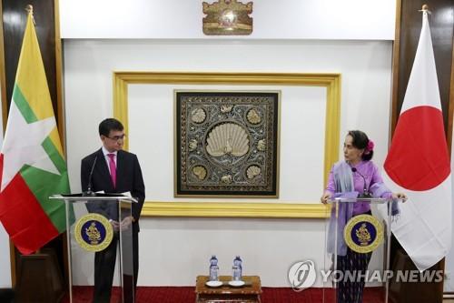 공동기자회견하는 아웅산 수치(오른쪽)와 고노 일본 외무상(왼쪽)[epa=연합뉴스]
