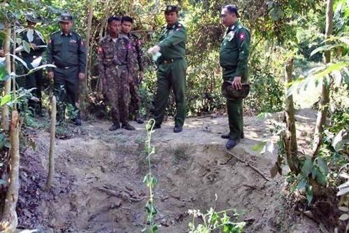 미얀마군이 공개한 로힝야족 학살 및 암매장 현장 사진[페이스북 캡처]