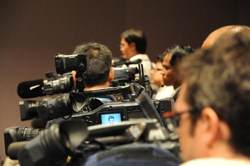 기자 회견장의 취재 카메라들