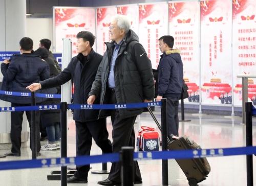 평양으로 출국하는 장웅 북한 IOC 위원