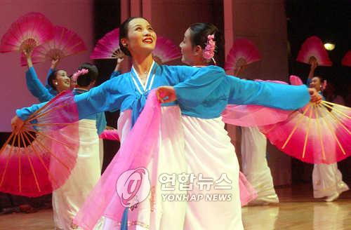 2002년 8.15민족통일대회 참가한 북한 예술단 공연