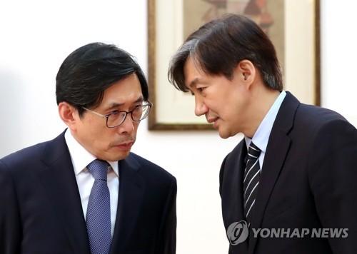 대화 나누는 조국 민정수석(오른쪽)과 박상기 법무장관(왼쪽) [연합뉴스 자료사진]