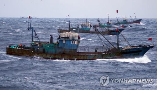 불법 조업하는 중국 어선들[연합뉴스 자료사진]