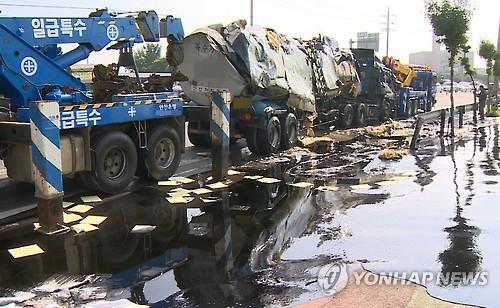 길에 쏟아진 아스팔트유 [연합뉴스 자료사진]