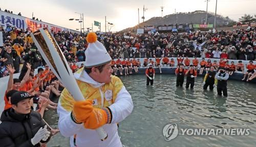 화천산천어축제 '절정'…올림픽 성화 열기 보태 '후끈'(종합)