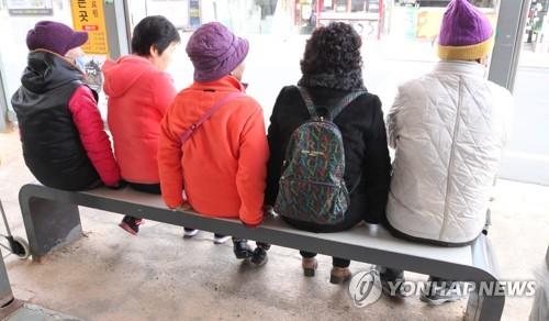 정류장의 따뜻한 탄소발열의자 [연합뉴스 자료사진]