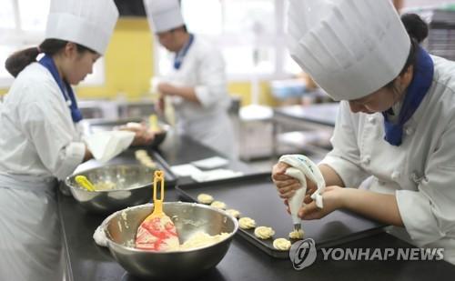 제과제빵 실습하는 고교 3학년생 [연합뉴스 자료사진]