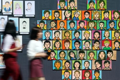 청계천에 전시된 장기기증인 초상화 [연합뉴스 자료사진]