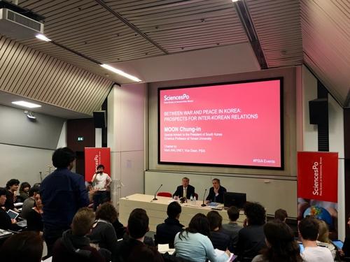 프랑스 파리정치대학(시앙스포) 특강 중 학생의 질문 받는 문정인 특보(단상 왼쪽)
