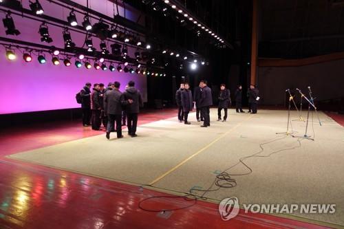 금강산 문화회관 내부 점검하는 남측 선발대