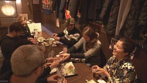 이자카야에서 일본 서민의 밤 문화를 즐기는 외국인들[NHK 캡처]